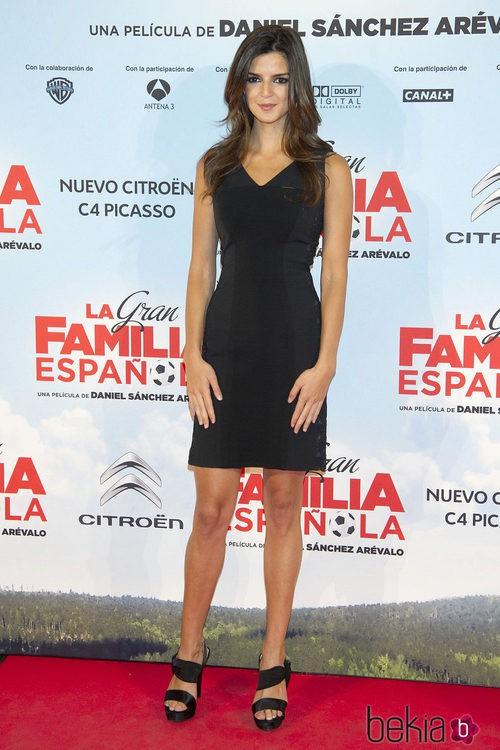 Clara Lago con un vestido negro en el estreno de 'La Gran Familia Española'