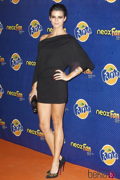 Clara Lago con un vestido de hombro caído en negro en los Neox Fan Awards 2013