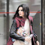 Clara Lago con jersey beige, leggings negros y abrigo con 'animal print' rojo