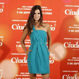 Clara Lago con un vestido asimétrico color azul turquesa