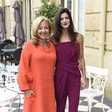 Clara Lago con un jumpsuit color burdeos posando con Carmen Machi