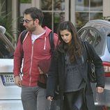Clara Lago luciendo un look 'total black' junto a su novio Dani Rovira