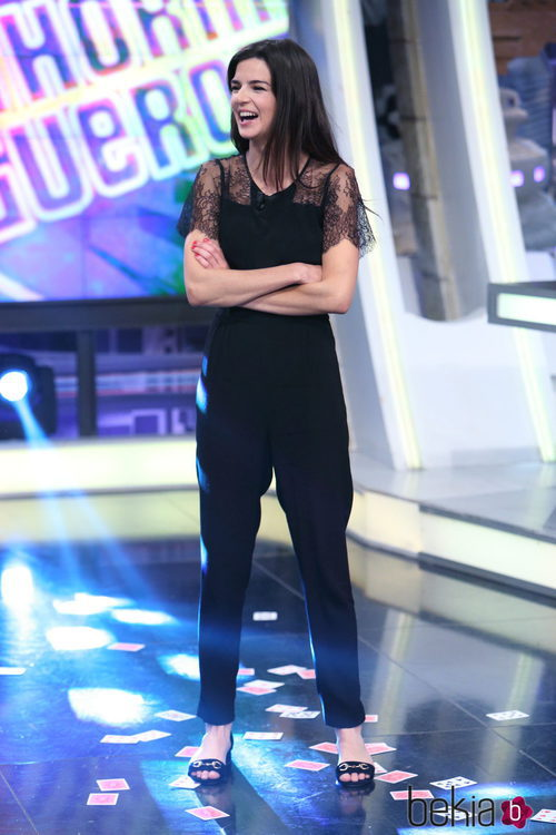 Clara Lago con un jumpsuit negro con transparencias en 'El Hormiguero'