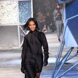 Vestido negro de corte asimétrico de H&M en Paris Fashion Show otoño/invierno 2015/2016