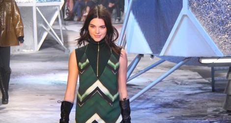 Kendall Jenner desfilando para H&M en Paris Fashion Show otoño/invierno 2015/2016