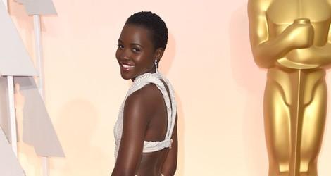 Lupita Nyong'o mostrando la parte trasera de su Calvin Klein en los Oscar 2015