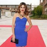 Adriana Ugarte con un vestido palabra de honor en color azul eléctrico de Dolores Promesas