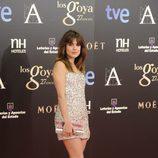 Adriana Ugarte con un vestido de brillantes de colores