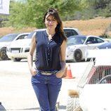 Adriana Ugarte con vaqueros y camiseta azul marino