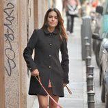 Adriana Ugarte con un abrigo largo en color gris