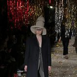 Pantalón gris y abrigo azul marino de la colección otoño/invierno 2015 de Vivienne Westwood