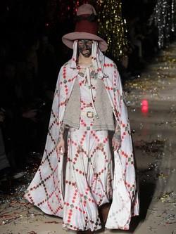 Vestido y capa con motivos étnicos de la colección otoño/invierno 2015 de Vivienne Westwood