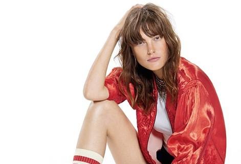 Catherine McNeil con una chaqueta roja de la nueva colección de Free People