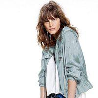 Catherine McNeil con unos pantalones 'baggy' y una chaqueta azul de la nueva colección de Free People