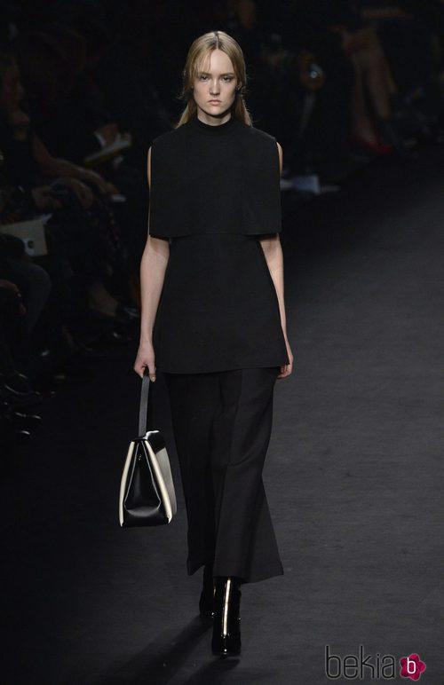 Vestido negro de la colección otoño/invierno 2015 de Valentino en Paris Fashion Week