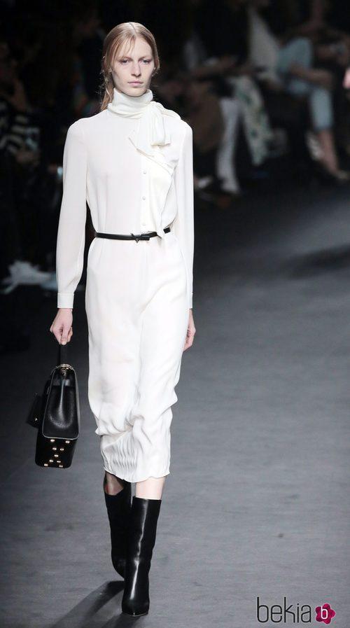 Vestido blanco de la colección otoño/invierno 2015 de Valentino en Paris Fashion Week