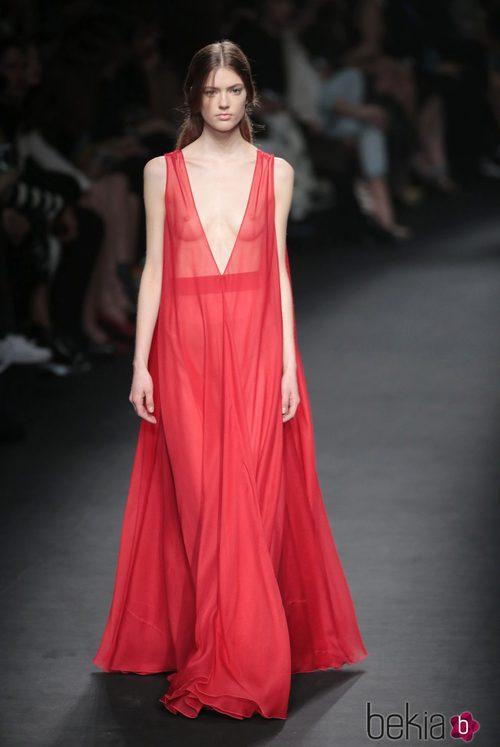 Vestido rojo de la colección otoño/invierno 2015 de Valentino en Paris Fashion Week