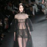 Vestido negro transparente de la colección otoño/invierno 2015 de Valentino en Paris Fashion Week