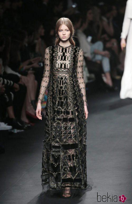 Vestido negro con terciopelo de la colección otoño/invierno 2015 de Valentino en Paris Fashion Week
