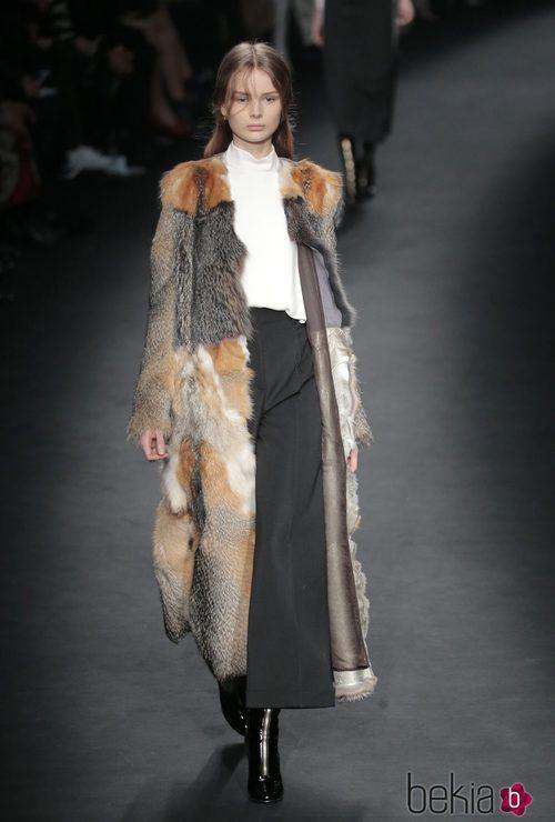Abrigo de pieles de la colección otoño/invierno 2015 de Valentino en Paris Fashion Week