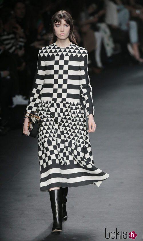 Vestido de cuadros de la colección otoño/invierno 2015 de Valentino en Paris Fashion Week