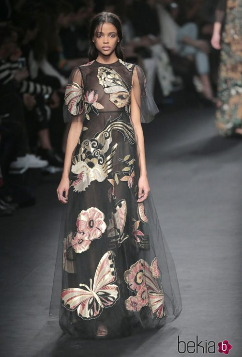 Vestido con estampado de la naturaleza de la colección otoño/invierno 2015 de Valentino en Paris Fashion Week