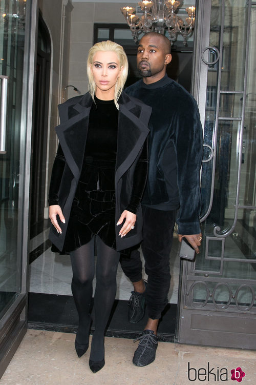 Kim Kardashian vestida de terciopelo en la Paris Fashion Week
