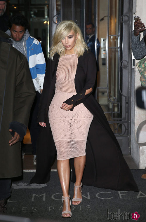 Kim Kardashian con un vestido de maya en nude en la Paris Fashion Week
