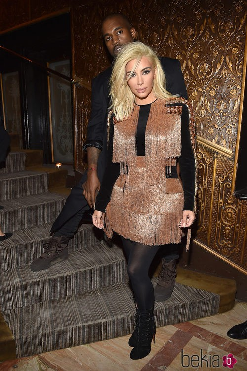 Kim Kardashian con un vestido de flecos en color oro de Balmain
