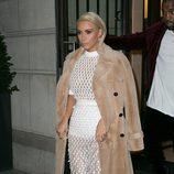 Kim Kardashian con un vestido de maya blanco en la Paris Fashion Show