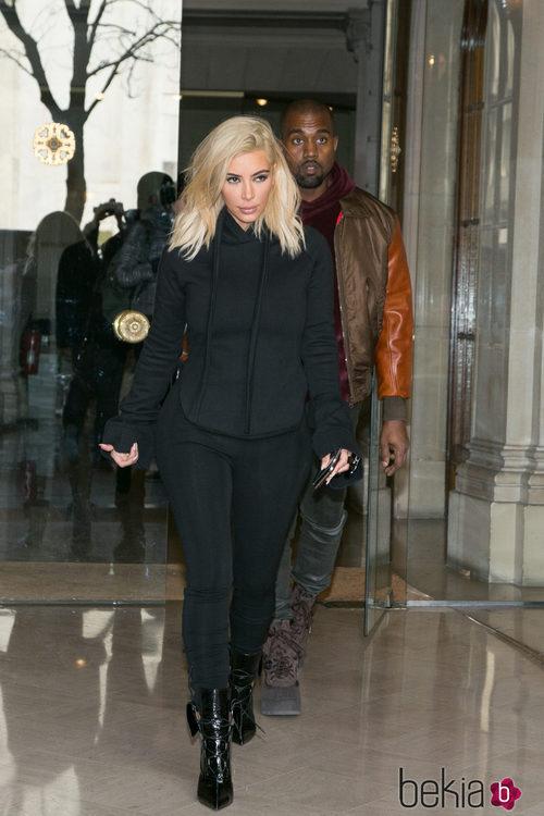 Kim Kardashian con leggings negros y sudadera en la Semana de la Moda de París