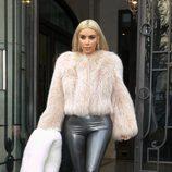 Kim Kardashian con pantalones de cuero y abrigo de pelo en la Paris Fashion Week