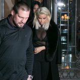 Kim Kardashian con un look total black con transparencias en la Paris Fashion Week