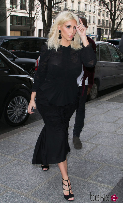 Kim Kardashian con un vestido negro en la Paris Fashion Week