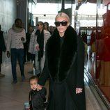 Kim Kardashian regresando de la Paris Fashion Week con un look total black