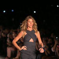 Gisele Bündchen desfilando para la firma Colcci en la Sao Paulo Fashion Week 2014