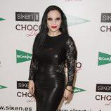 Alaska con un vestido negro de cuero con encaje y transparencias en las mangas
