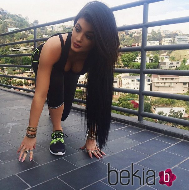 Kylie Jenner luciendo leggings y zapatillas 'Zpump' de Reebok
