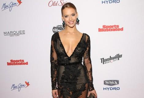 Hannah Ferguson con un vestido de transparencias en la fiesta de Sports Illustrated Swimsuit 2015