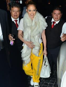 Jennifer Lopez con look deportivo y boa blanca para protegerse del frío