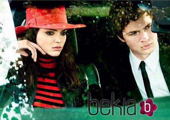 Kendall Jenner y Ansel Elgort posando para la cámara de Mario Testino