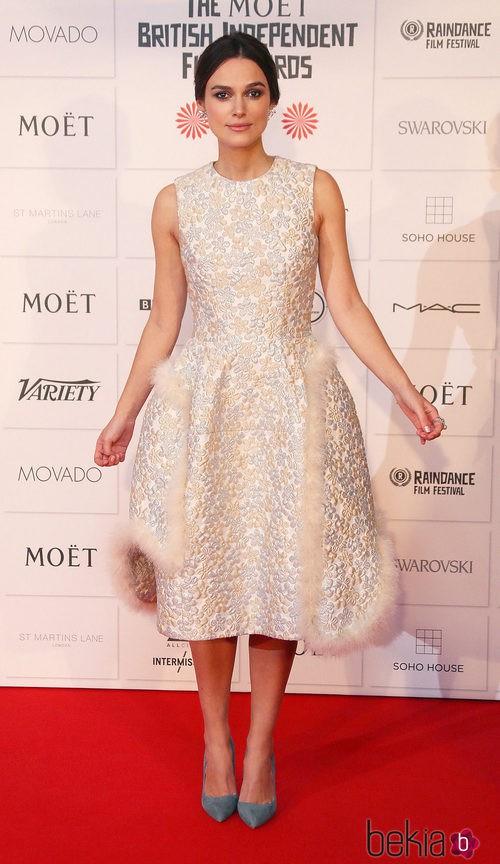 Keira Knightley con un vestido de Simone Rocha