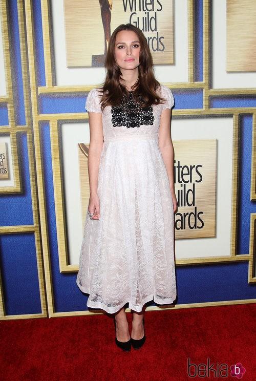 Keira Knightley con un vestido de burberry