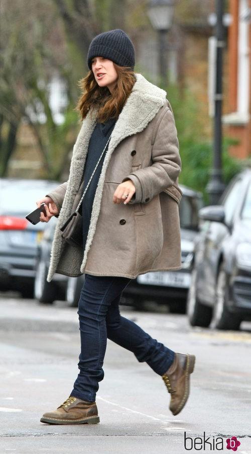 Keira Knightley con look casual gorro