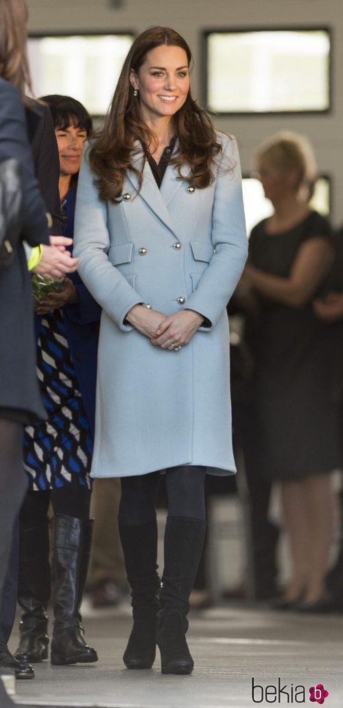 Kate Middleton con un coat dress azul