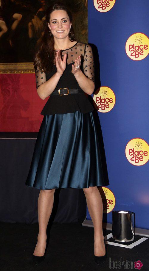 Kate Middleton con camisa de Hobbs London y falda de Jenny Packham