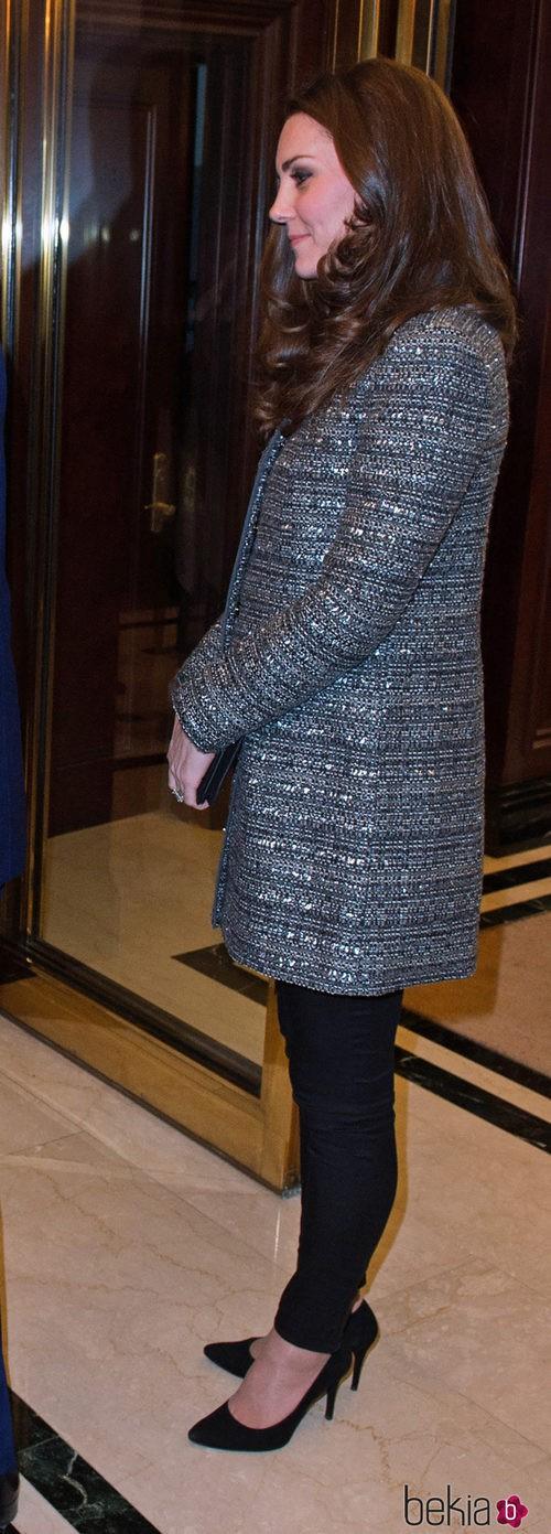 Kate Middleton con abrigo de Tory Burch y pantalones de J. Crew