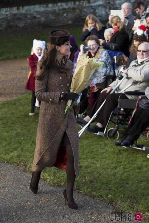 Kate Middleton con abrigo de Moloh y sombrero de Lock and Company