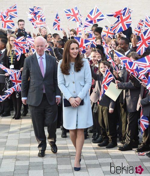 Kate Middleton con abrigo celeste y botones dorados de Seraphine