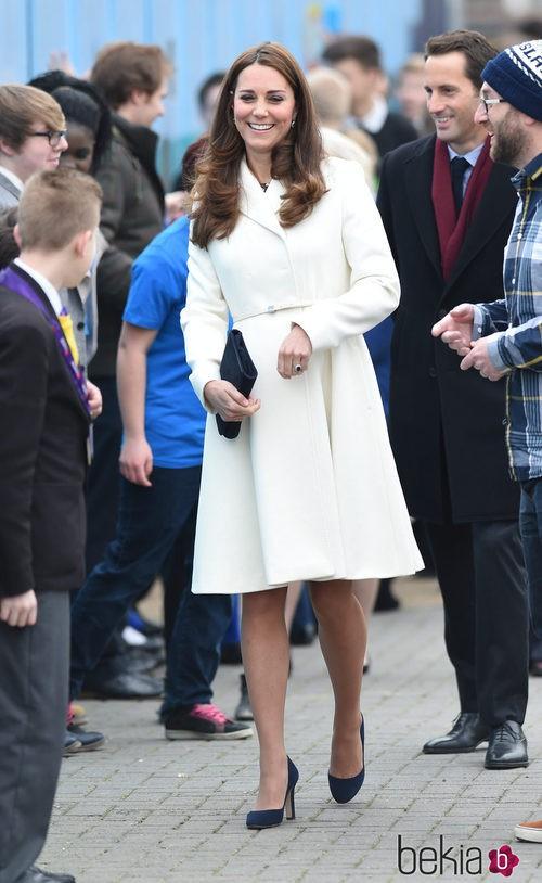 Kate Middleton con un abrigo blanco de Max Mara